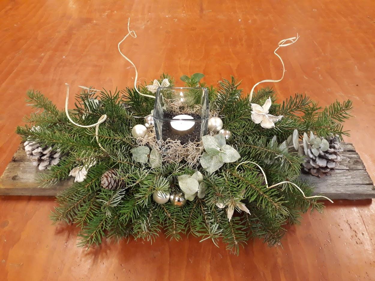 Kerststuk op robuuste plank
